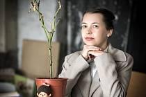 Šestatřicetiletá spisovatelka Tereza Semotamová pochází ze Spešova. Za knihu Ve skříni byla nominovaná na prestižní cenu Magnesia Litera. Léta žila v Německu. Poté se přestěhovala do Prahy, kde žije posledních pět let.