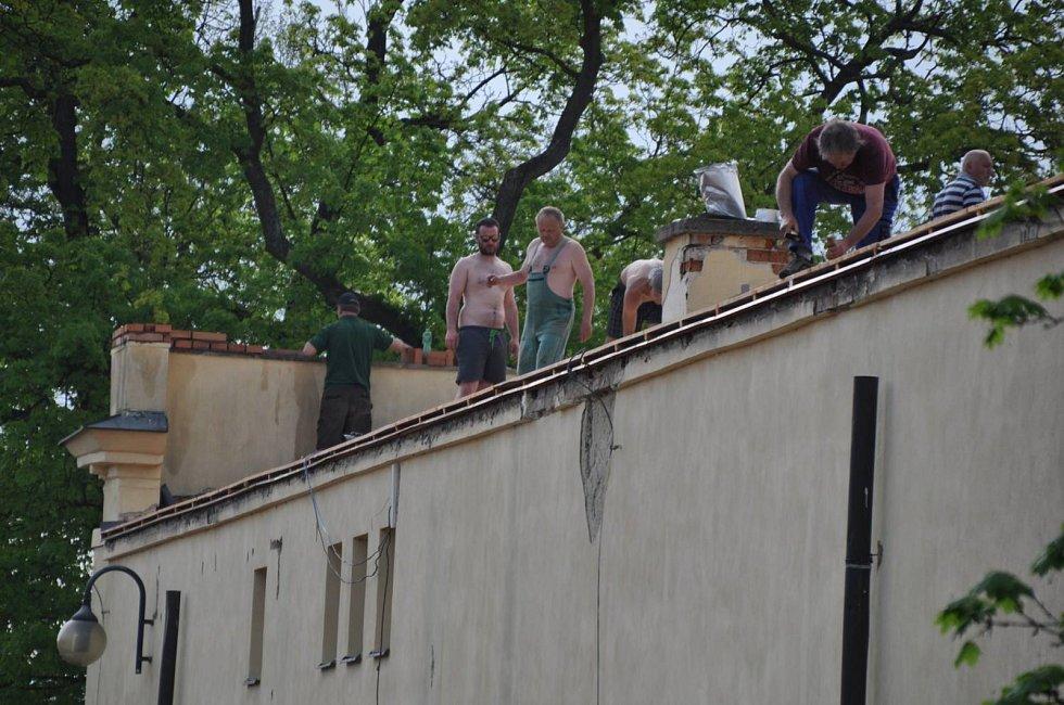 V Boskovicích opravují střechu zámeckého skleníku, kterou zničila říjnová vichřice. Práce potrvají do konce července.