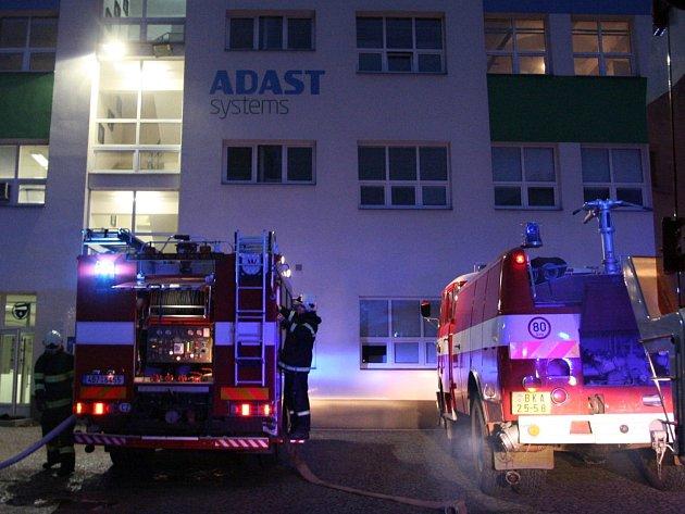 Hasiči zasahovali u požáru v areálu bývalých adamovských strojíren.