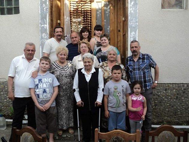 Paraska Štoudková z Blanska (uprostřed s holemi) při výletu na rodnou Ukrajinu.