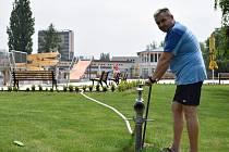 V Blansku ve středu začali napouštět venkovní bazén. V celém areálu finišují přípravy na novou sezonu. Pokud bude přát počasí, zahájí ji příští týden.