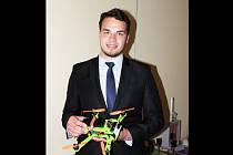 Dvaadvacetiletý Ondřej Živný z Boskovic nedávno zabodoval se svým dronem v mezinárodně obsazené Olympiádě techniky Plzeň, určené pro studenty vysokých škol. Odnesl si krásné třetí místo.