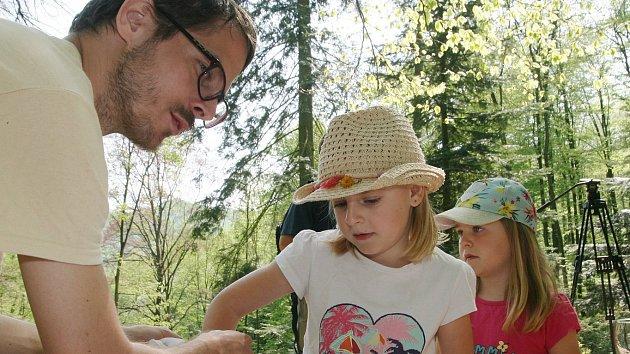 U adamovské Ptačí svatyně poznávaly děti přírodu. Po hmatu