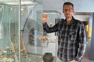 Mimo budovu blanenského zámku, kde muzeum sídlí, pracuje devětadvacetiletý Marek Novák také přímo v terénu.
