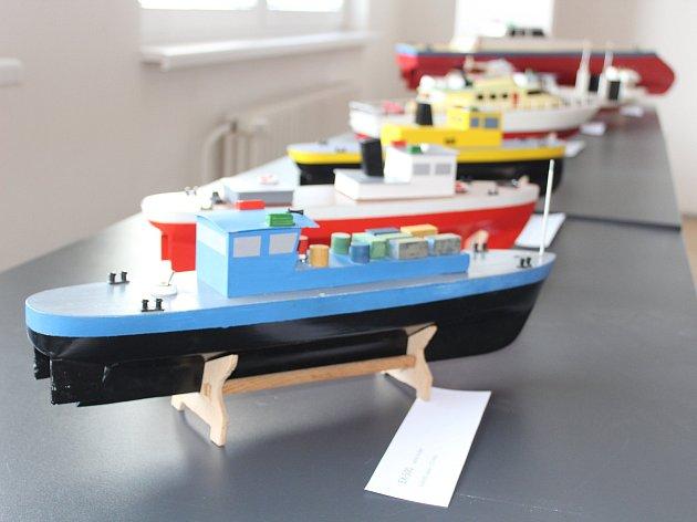 Práci lodních modelářů přibližuje výstava blanenské galerie.