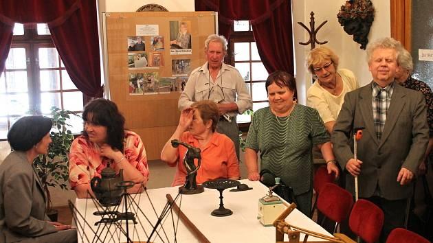 Nevidomí si v Muzeu Blansko osahali historii. Při hmatové prohlídce historických exponátů.