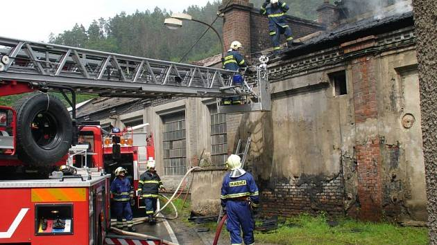 Čtyři hasičské jednotky bojovaly v pátek odpoledne s požárem střechy jedné z hal Druhé slévárny Blansko. Škoda přesáhla odhadem jeden a půl milionu korun.