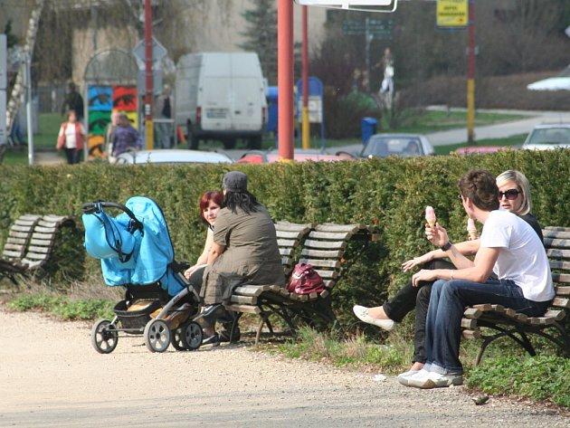 Teplé počasí vylákalo lidi do blanenských parků. U stánku se zmrzlinou se tvořils fronta, děti pobíhaly po trávníku. Podle meteorologů jarní počasí vydrží i v dalších týdnech.