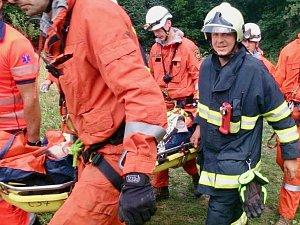 Pravděpodobně vyrazila na průzkum jeskyně. Mladá žena však spadla a vážně se zranila. Pro ženu k holštejnské jeskyni musel přiletět vrtulník.