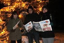 Dvě desítky lidí si v patnáctistupňovém mrazu přišly poslechnout koledy do Sloupu k tamnímu chrámu. U vánočního stromu zpíval sbor Šošůvská schola.