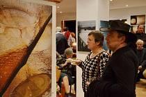 Prostory letovické Galerii Domino zaplnila výstava fotoobrazů. Snímky vystavuje boskovický fotograf Jaroslav Švec (na snímku vlevo). Vernisáž uvedl předseda Klubu Moravských fotografů Jiří Sláma. Výstava je v letovické galerii otevřená do druhého března.