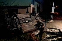 Auto skončilo na zahradě rodinného domku.