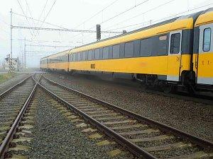 Ve Skalici nad Svitavou srazil vlak na přejezdu chodce. Doprava na železnici stojí.