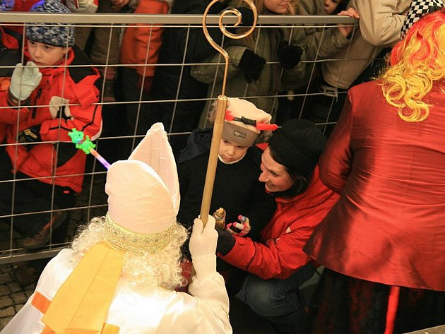 Vůně pochoutek, stánky a bezpočet čertovských rohů zářících do tmy. Takhle to vypadalo v pátek večer na blanenském náměstí Republiky. Lidé tam rozsvěcovali vánoční strom.