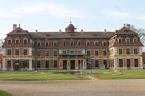 Řemeslníci se v těchto dnech pustili do opravy střechy zámku v Rájci nad Svitavou.