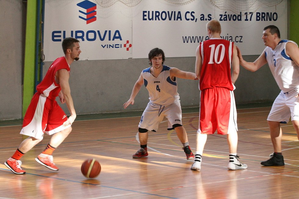 Basketbalisté ASK Blansko (v bílém) zatím v OP II válí. O víkendu vyhráli oba domácí zápasy. V sobotu oplatili béčku Uherského Brodu dosud jedinou porážku v sezoně. V neděli pak v tréninkovém tempu rozstříleli rezervu Kroměříže. (v červeném).