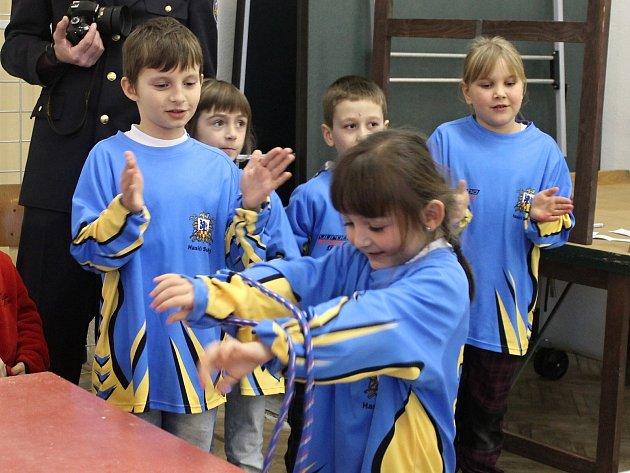 Kdo lépe a kdo rychleji uváže pětici uzlů? Původně domácí soutěž pro mladé hasiče Suchovský šmodrch se letoškem otevřel i dalším sborům.
