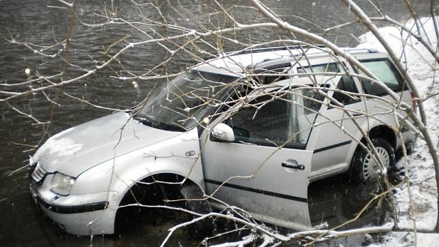 Muž nezvládl jízdu a skončil s autem ve Svitavě.