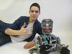 Studenti Střední průmyslové školy Jedovnice Jan Kratochvíl (na snímku) a jeho bratranec Jiří Kalvoda sestrojili z kostek stavebnice Lego robota Akio. Ten uspěl v letošní Robotiádě.