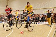 Letovice hostily mistrovství republiky v sálové cyklistice. V kolové vyhrál v dresu Svitávky rodinný pár. Jiří Hrdlička starší se synem Jiřím.