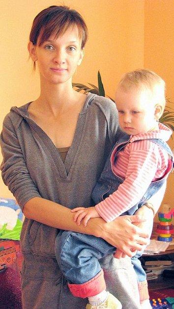 """""""Znakování umožní komunikovat s dítětem téměř o rok dřív než se naučí mluvit. Maminky se tak snáze dozvědí, co batolata cítí a potřebují, aniž by se toho musela dožadovat pláčem,"""" říká osmadvacetiletá lektorka."""