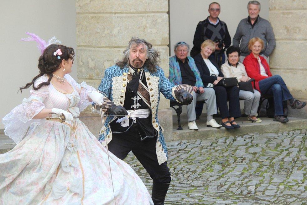Státní zámek v Lysicích zahájil v sobotu po zimní přestávce turistickou sezonu. Stylově. Výstavou a šermířským vystoupením.