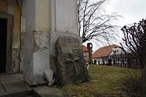 U pelhřimovské kaple Panny Marie Bolestné je několik smírčích křížů a kamenů. Některé z nich mají nejasné osudy. Jiné připomínají smrt.