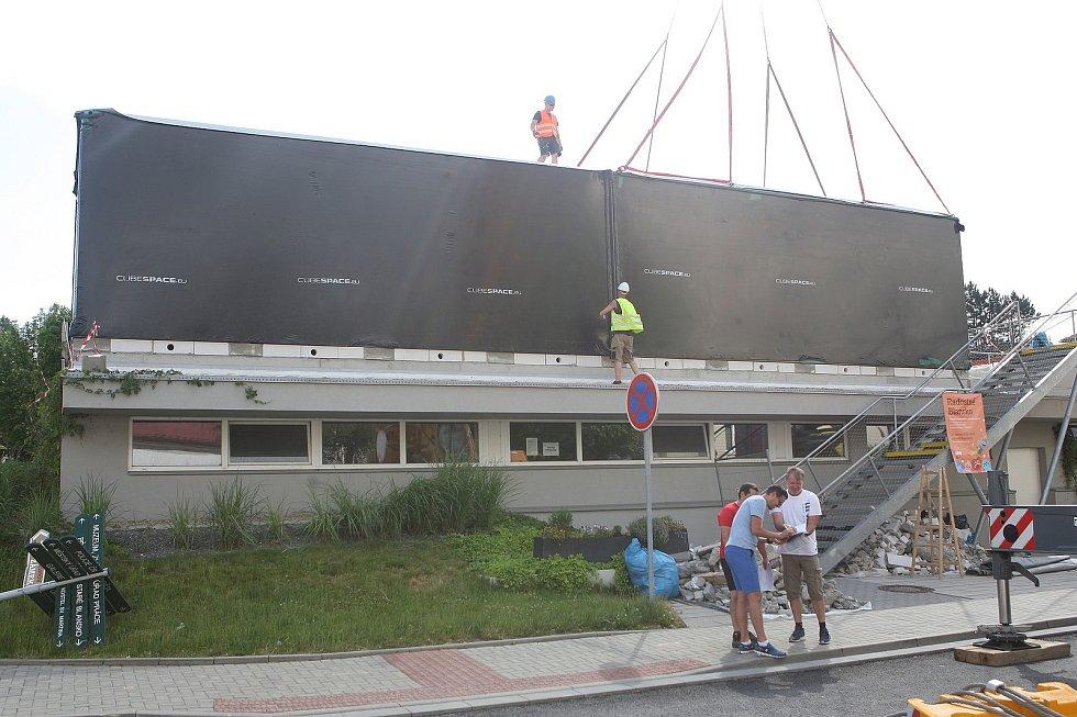 Stotunový kolos usadil v centru Blanska kavárnu. Lidé ji fandí i kritizují.