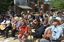 Ve westernu se pokusí o rekord. Dorazí davy kytaristů.