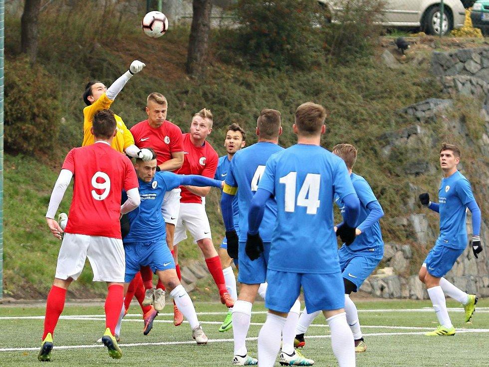 Finále podzimní části krajského přeboru jasně vyznělo pro fotbalisty Tatranu Bohunice (modré dresy). Lídr tabulky vyhrál na hřišti druhých Boskovic 4:0.
