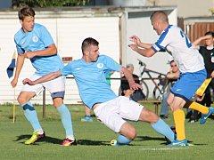 V dohrávce krajského přeboru fotbalistů porazil FK Tišnov (v bílém) FC Boskovice 5:0.
