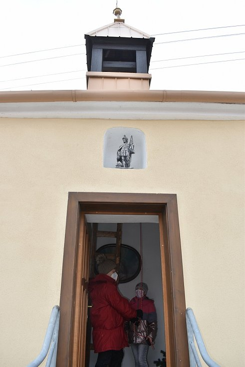 V pondělí přesně v poledne rozeznělo blanenskou místní část Hořice zvonění. Ustalo až po pěti minutách. Místní se připojili k celorepublikové pietní akci a uctili památku lidí, kteří podlehli v uplynulém roce koronaviru.