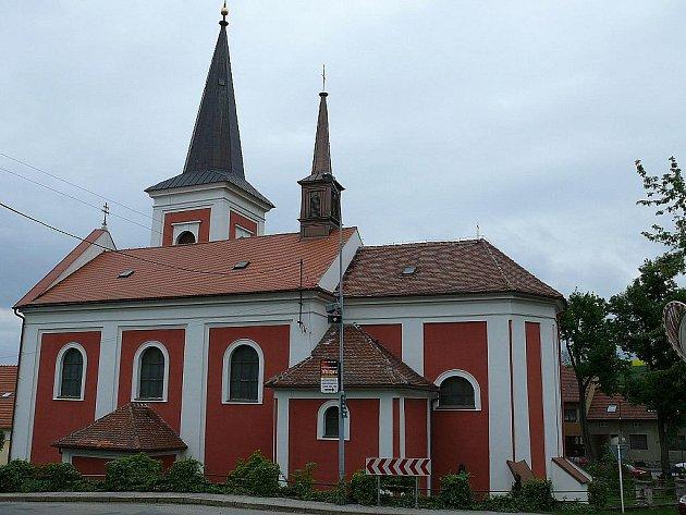 Kostel Všech svatých v Rájci-Jestřebí.