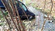 Řidič skončil mimo silnici u Svaté Kateřiny na Blanensku. Auto vytáhli z potoka hasiči.