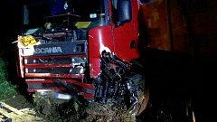 Nehoda kamionu a osobního auta si vyřádala život řidiče.