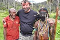 Milan Daněk se svými domorodými přáteli.