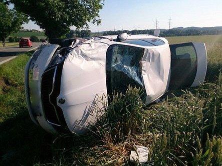 Ke střetu tří osobních aut došlo v pátek večer na hlavním tahu z Brna do Svitav u odbočky na Voděrady.