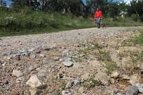 Cesta k zahádkářské kolonii v blanenské lokalitě Ve Žlíbkách je po přívalových deštích vymletá. Město na její větší opravy nemá peníze.
