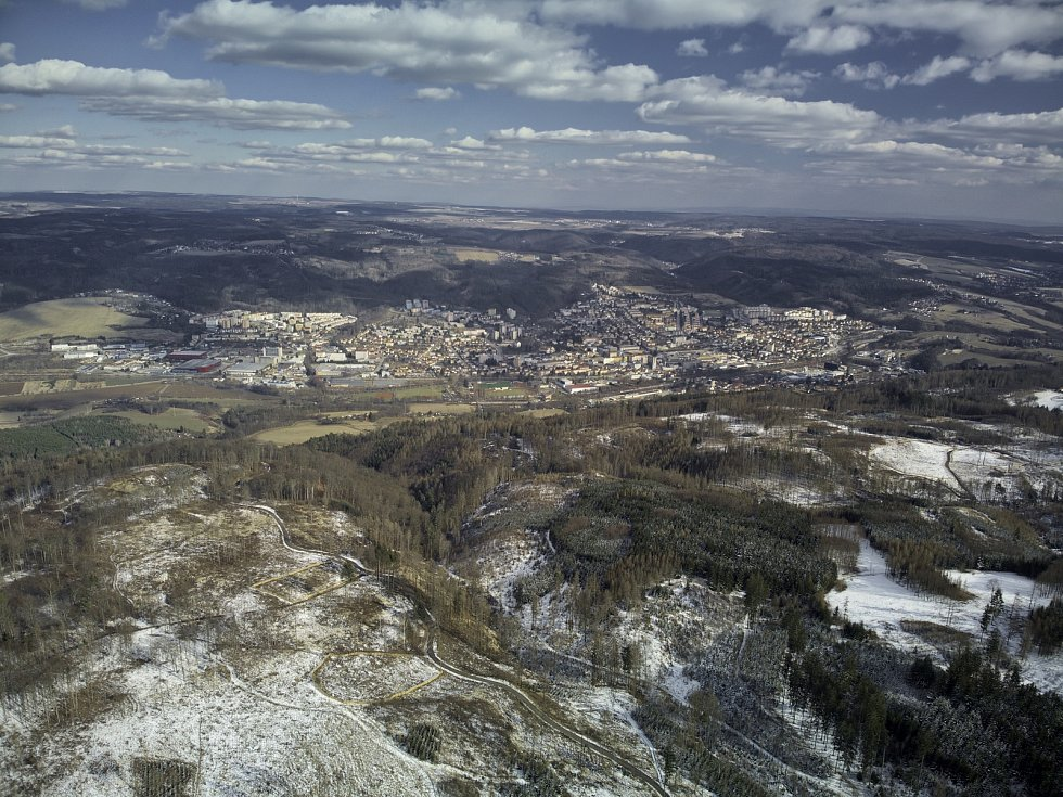 Kůrovcová kalamita na Blanensku z ptačí perspektivy. Na snímku okolí blanenských Hořic.
