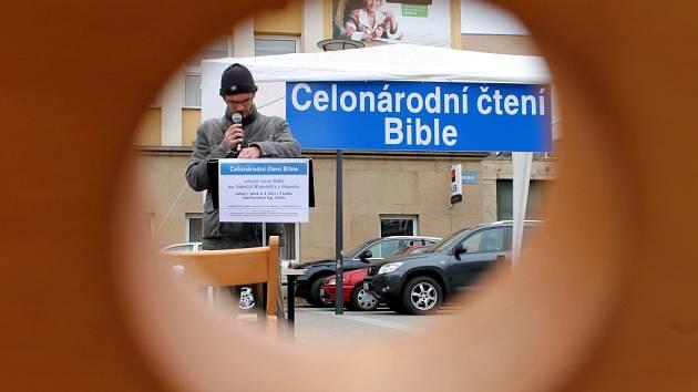 V pátek v devět ráno odstartovala akce s názvem Celonárodní čtení Bible 2012. Do nepřetržitého čtení biblických textů se pustili lidé také v Blansku na tamním náměstí Republiky.
