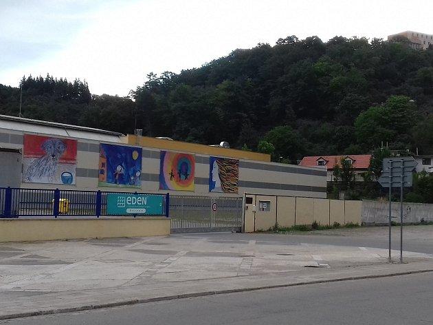 Obří dětské obrazy rozzářily stěnu továrny.