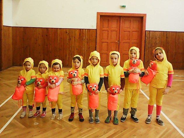 Ti nejmenší se svými rodiči nacvičují skladbu Méďové, ve které cvičí s plyšovým medvídkem.