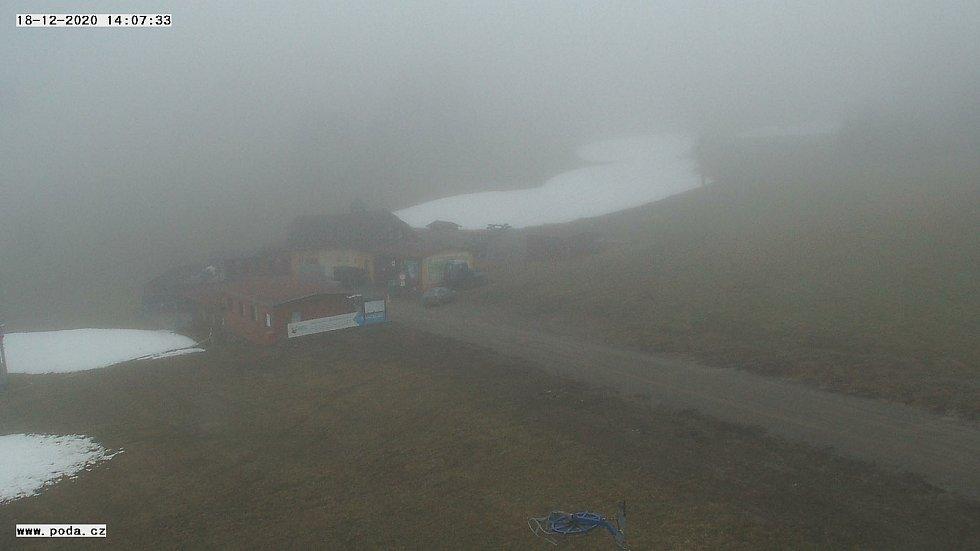 Lyžařské vleky v regionu zatím stojí. Provozovatelé čekají na mráz. Na snímku sjezdovka v Olešnici.
