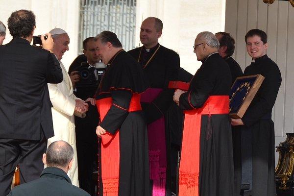 Olešnický farář Pavel Lazárek skorunkou vruce při přijetí upapeže Františka.