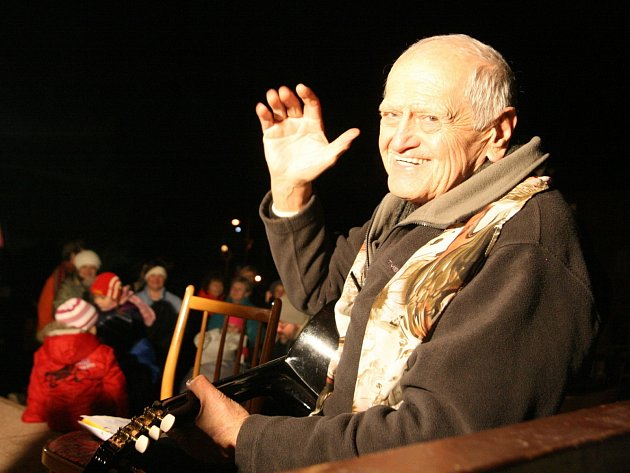 Adamovští se k akci Deníku Česko zpívá koledy připojili podruhé. Před tamním městským kulturním střediskem si s kroužkem Zpívání pro radost zazpívalo vánoční koledy asi čtyřicet příchozích.