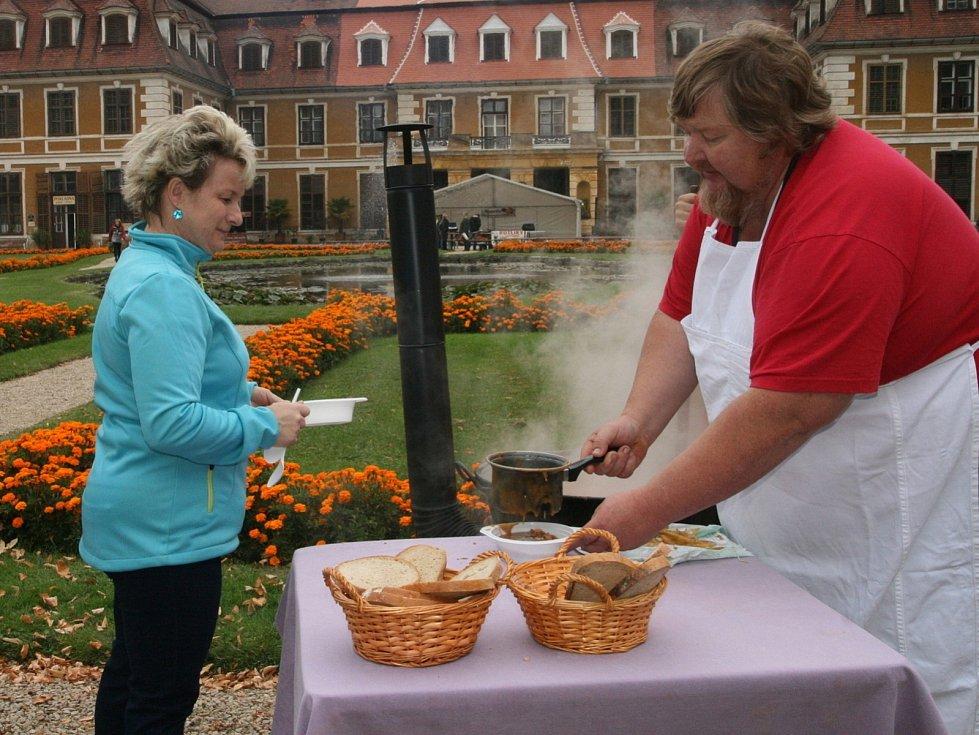 Soutěž ve vaření guláše, Rájecký kotlík, se před rájeckým zámkem konala už po šesté.