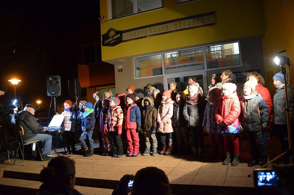K akci Česko zpívá koledy se tradičně připojili také v Adamově. Před tamním kulturním domem vystoupil Kroužek zpívání pro radost a také děti ze ZŠ Ronovská.