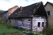 Nejstarší dochovaná stavba v Novičí už byla před přestěhováním ve špatném stavu.