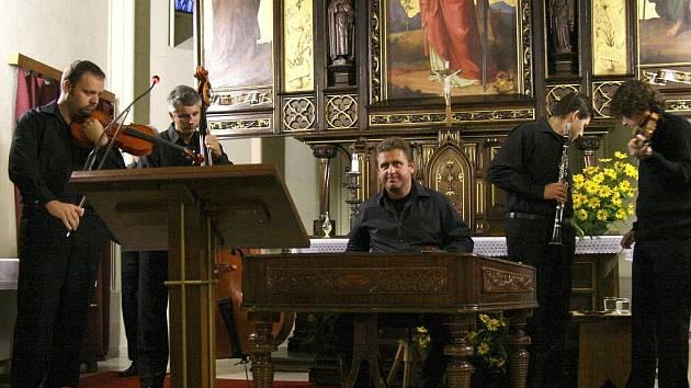 Koncert skupiny Hradišťan s Jiřím Pavlicou v kostele svaté Barbory v Adamově.