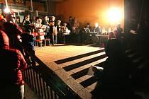 Do akce Česko zpívá koledy se Adamovští zapojili už potřetí. Ve středu zpívalo před tamním kulturním domem asi šedesát lidí. S příchozími si koledy zazpívali i známí písničkáři Slávek Janoušek a Luboš Vondrák, kteří měli v nedalekém sálu právě koncert.